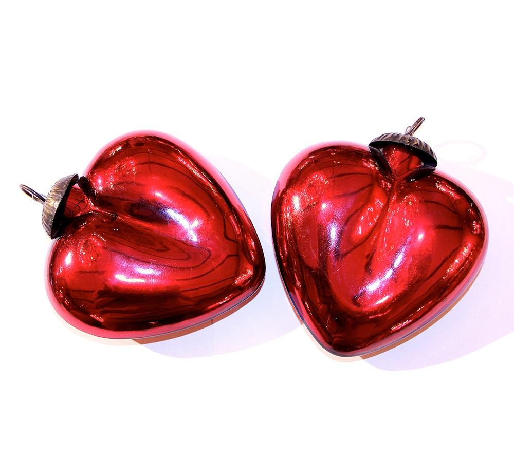 Комплект елочных игрушек Сердечки красныеНовогодние игрушки<br>Красные сердца, пылающие любовью и особенным праздничным романтизмом, станут лучшим украшением для новогодней елки. Игрушки, обладающие яркой отделкой и изысканными пропорциями, смогут выделиться на фоне остальных украшений и добавить оформлению праздника больше утонченной роскоши. Если вы всюду стремитесь создать гармонию и элегантность, то такой комплект точно придется вам по вкусу.&amp;lt;div&amp;gt;&amp;lt;br&amp;gt;&amp;lt;/div&amp;gt;&amp;lt;div&amp;gt;Набор состоит из 2 шт.&amp;lt;/div&amp;gt;<br><br>Material: Стекло<br>Ширина см: 14<br>Высота см: 15<br>Глубина см: 5
