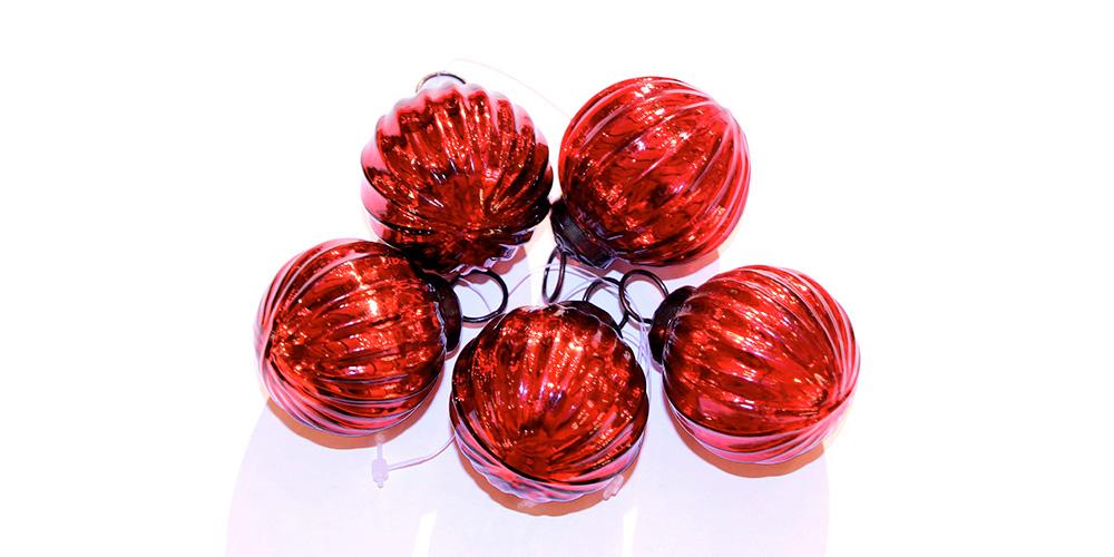 Комплект елочных игрушек ШарикиНовогодние игрушки<br>Хороводы елочных игрушек, переливающиеся в свете мигающих гирлянд... Кто, как не они, создают новогоднее настроение? С комплектом французских украшений добавить атмосферу праздника в оформление вашего дома станет еще легче. Красные шарики одинаковой формы прекрасно будут смотреться как в сочетании друг с другом, так и в комплекте с другим декором. Они позволят сделать облик дома не только по-волшебному уютным, но и элегантным.&amp;lt;div&amp;gt;&amp;lt;br&amp;gt;&amp;lt;/div&amp;gt;&amp;lt;div&amp;gt;Набор состоит из 5 шт.&amp;lt;/div&amp;gt;<br><br>Material: Стекло<br>Width см: 3<br>Diameter см: 7,5