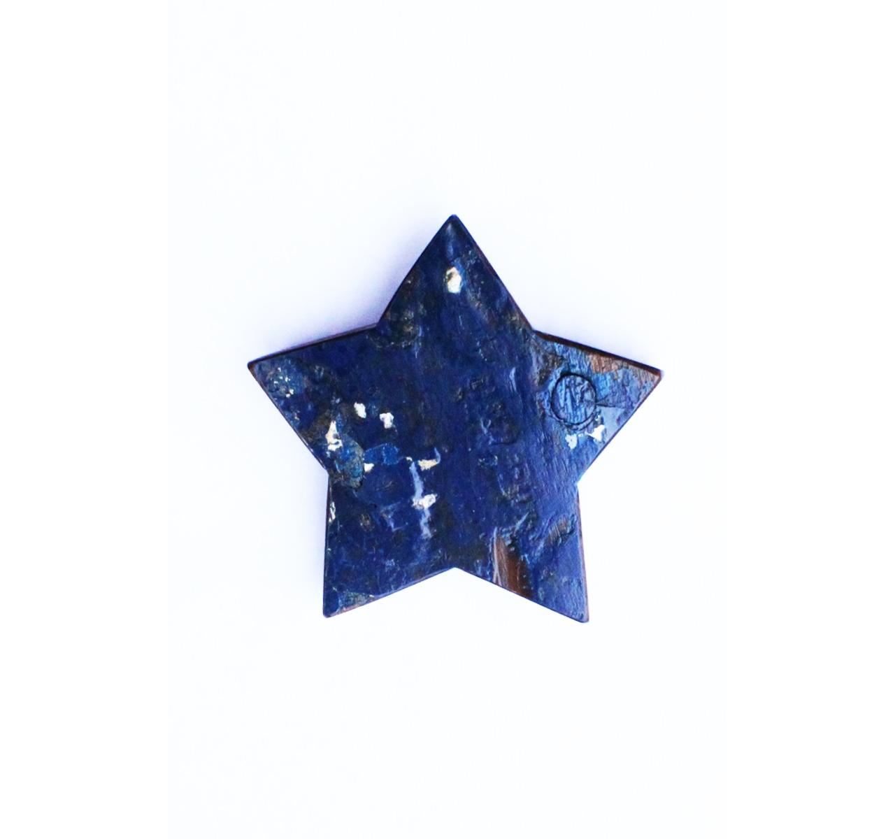 Звезда с небаДругое<br>&amp;lt;div&amp;gt;Серии настенных украшений от Like Lodka в форме сердец и звезд – прекрасная возможность проявить свою фантазию и создать уникальные композиции, а также соединить интерьер в разных частях дома единой идеей. Рисунок и фактура этих тиковых изделий не повторяются, каждый из них существует в единственном экземпляре. Но форма и цвета перекликаются друг с другом.&amp;lt;br&amp;gt;&amp;lt;/div&amp;gt;&amp;lt;div&amp;gt;&amp;lt;br&amp;gt;&amp;lt;/div&amp;gt;Звезда выполнена из фрагмента настоящего рыболовецкого судна, возраст которого 20-50 лет.<br><br>Material: Тик