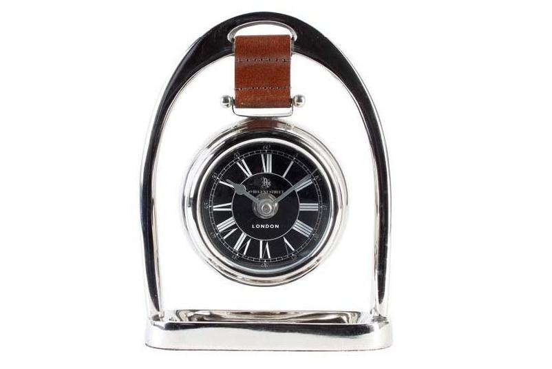 ЧасыНастольные часы<br>Эти элегантные настольные часы, стилизованные под наручные, дополнят строгий «мужской» интерьер. В качестве декора модель идеально впишется в антураж рабочего кабинета. Основание из никелированного металла акцентирует внимание на безупречности облика. Часы закреплены на кожаном ремешке коричневого цвета. Циферблат представлен римскими цифрами, что придает всей композиции вневременное благородство.&amp;amp;nbsp;<br><br>Material: Металл<br>Width см: 14<br>Height см: 18