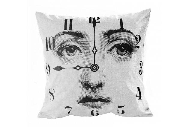 Подушка с портретом Лины Пьеро Форназетти ClockКвадратные подушки и наволочки<br>На этой подушке — часы с изображением прекрасной Лины Кавальери — очередной эксперимент с её внешностью известного итальянского дизайнера Пьеро Форназетти (Piero Fornasetti). Она не может оставить равнодушным ни одного человека, увлеченного искусством и дизайном. Купите её в нашем магазине и вы поймете, какое прекрасное сделали приобретение!<br><br>Material: Лен<br>Width см: 45<br>Depth см: 15<br>Height см: 45
