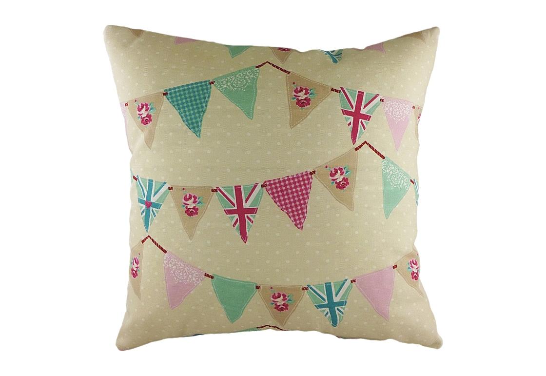 Подушка с принтом Bunting PinkКвадратные подушки и наволочки<br>Бежевая декоративная подушка с изображением разноцветных вымпелов, в том числе с британским флагом. Хорошо поддерживает спину и поможет расслабиться. Подушка также будет отличным сувениром и оригинальным подарком.<br><br>Material: Хлопок<br>Width см: 43<br>Depth см: 10<br>Height см: 43