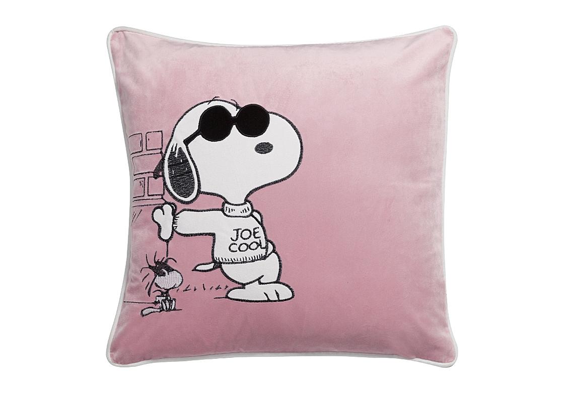 Подушка прогулка Снупи Snoopy  SaunterКвадратные подушки и наволочки<br>Непревзойденный и милый персонаж комиксов и мультфильмов — любопытный пес Снупи — теперь будет вас радовать ежедневно. Розовая подушка Snoopy Saunter изготовленная из 100 % полиэстера, станет прекрасным украшением детской или любой другой комнаты вашего дома, оформленного в современном стиле. Такой предмет декора непременно привнесет в помещение яркости, игривости и хорошего настроения. Подушка также будет отличным сувениром и оригинальным подарком.<br><br>Material: Текстиль<br>Width см: 45<br>Depth см: 6<br>Height см: 45