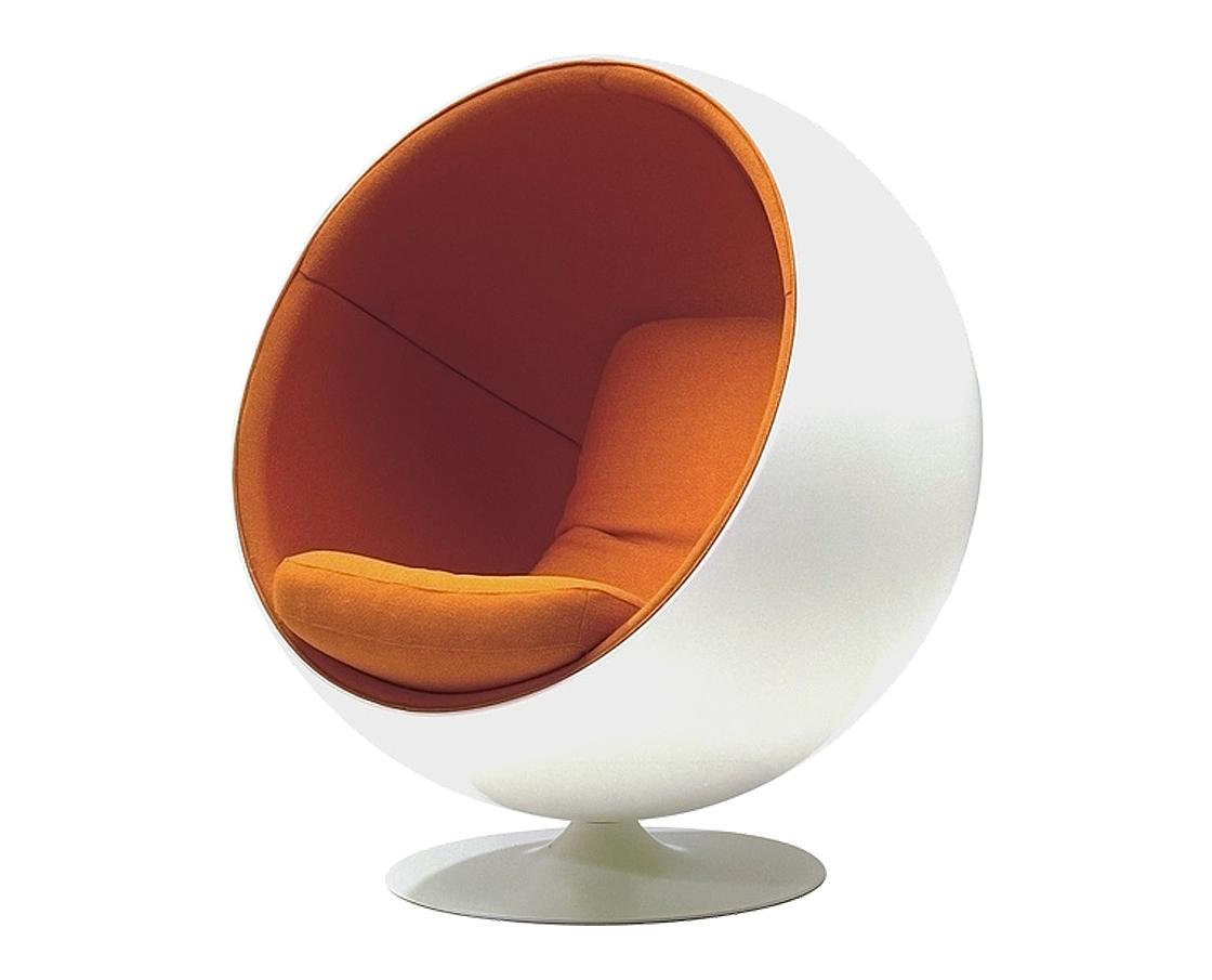 Кресло Eero Ball ChairКресла для сада<br>Кресло-шар, или Ball Chair, или же Globe Chair было создано финским дизайнером Ээро Аарнио (Eero Aarnio) еще в 1963 году. Оно моментально привлекло внимание органичным сочетанием экстравагантной формы и максимальным комфортом уединения. В современной интерпретации Ball Chair — это комфортабельный кокон с возможностью встраивания телефона и аудио-колонок, позволяющий слушать в нем любимую музыку, читать, работать или же просто релаксировать. Каркас кресла изготовлен из стеклопластика. Звукоизоляция обеспечивается использованием пенообразного наполнителя. Благодаря прочной металлической ножке с вращающимся основанием есть возможность вращения вокруг своей оси. Обивка выполнена из контрастирующих с основным белым цветом шерстяных подушек ярких цетов. В каталоге нашего магазина представлена реплика знаменитого кресла-шара в разных вариантах цвета. Купите кресло-шар Ball Chair — и ваше стремление к комфорту будет в высшей степени реализовано!<br><br>Material: Текстиль<br>Width см: 103<br>Depth см: 83<br>Height см: 120
