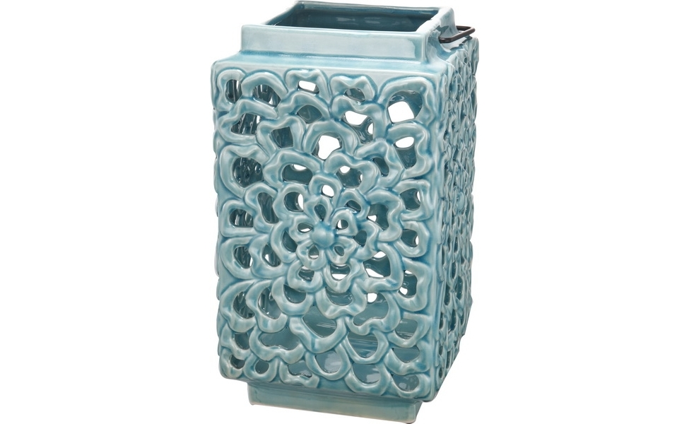 Подсвечник FlowerantаПодсвечники<br>Подсвечник Flowerantа из голубой керамики чудесным образом преобразит обстановку в вашем доме. Он сделан в форме прямоугольной вазы с ажурными прорезями, сквозь которые будет пробиваться свет свечи — и помещение наполнится причудливыми тенями и бликами. Уют и слегка таинственную атмосферу в комнате легко может создать всего один предмет — подсвечник! Что может быть более романтичного, чем мягкий рассеянный свет свечи в прекрасном декоративном подсвечнике. А простая металлическая ручка позволит легко переносить его и использовать в качестве фонарика. Это абсолютно беспроигрышный вариант для эффектного подарка и стильного декорирования дома.<br><br>Material: Керамика<br>Length см: 18<br>Width см: 18<br>Height см: 30