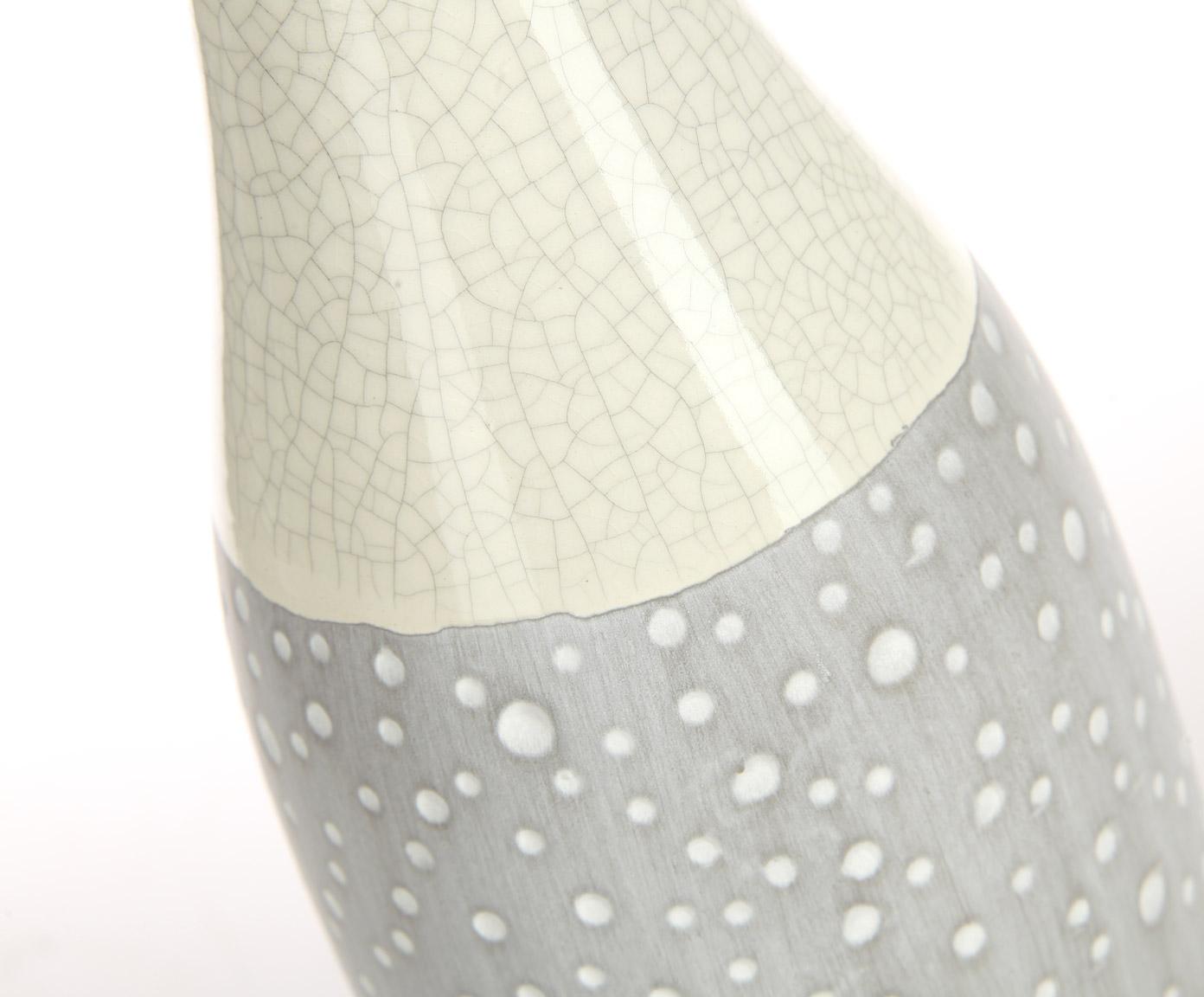 Ваза декоративнаяВазы<br>Классическая вытянутая форма, плавные переходы, приглушенные оттенки серого. Эта напольная ваза от Farol не крик, не громкое дизайнерское заявление, а мягкий шепот, способный легко и гармонично раствориться в интерьере. Прекрасно подойдет в качестве декора для спальни в пастельных тонах.<br><br>Material: Керамика<br>Высота см: 60