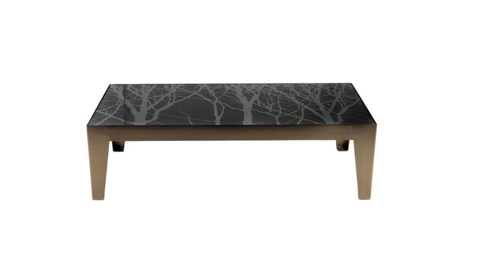 Стол журнальныйЖурнальные столики<br>Благодаря необычному дизайну и сочетанию материалов - металла «под бронзу» и тонированного стекла – этот невысокий просторный столик смотрится стильно и современно. Его украшением, безусловно, является широкая столешница, топ которой выполнен из тёмного закалённого стекла и декорирован оригинальным рисунком. Этот журнальный столик можно использовать как кофейный или коктейльный.<br><br>Отделка: металл; стекло<br><br>Material: Металл<br>Length см: None<br>Width см: 170<br>Depth см: 70<br>Height см: 40