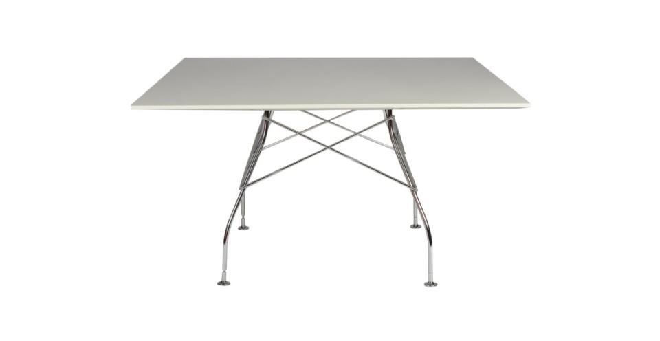 Стол GlossyОбеденные столы<br>Обеденный стол Glossy от компании Kartell - стильный и изящный, как и принято у итальянцев. Белая столешница круглой формы изготовлена из пластика, основание стола и ножки из хромированного металла. Такой стол займет свое место в современном интерьере.<br><br>Material: Пластик<br>Length см: None<br>Width см: 130<br>Depth см: 130<br>Height см: 72<br>Diameter см: None