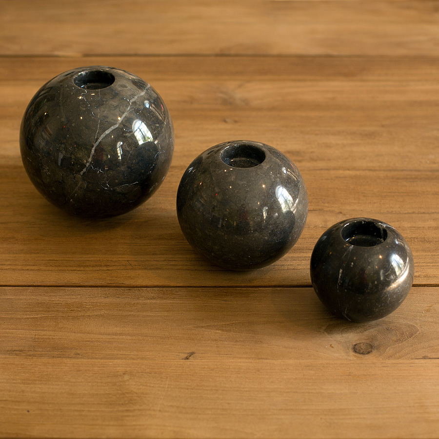 Набор подсвечников Black SphereПодсвечники<br>Подсвечники вырезанные из натурального мрамора темного оттенка. В набор входит 3 подсвечника разных по размеру,&amp;lt;div&amp;gt;Самый большой шар: диаметр 15см, средний 11см, маленький 8,5см.&amp;lt;/div&amp;gt;<br><br>Material: Мрамор<br>Height см: 15<br>Diameter см: 15