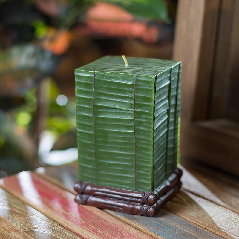 Свеча Banana Leaf SquareСвечи<br>Долгогорящая свеча из натурального воска, коллекция Banana Leaf, аромат Bombay wood.  Время горения 90 часов.<br><br>Material: Воск<br>Width см: 9<br>Depth см: 9<br>Height см: 14