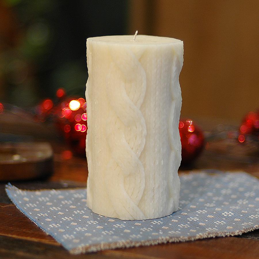 Свеча CableknitСвечи<br>Долгогорящая свеча из натурального воска, коллекция  Cableknit, аромат Amber &amp;amp;amp; Ginger Rose. Время горения 110 часов.<br><br>Material: Воск<br>Height см: 14.5<br>Diameter см: 8.5