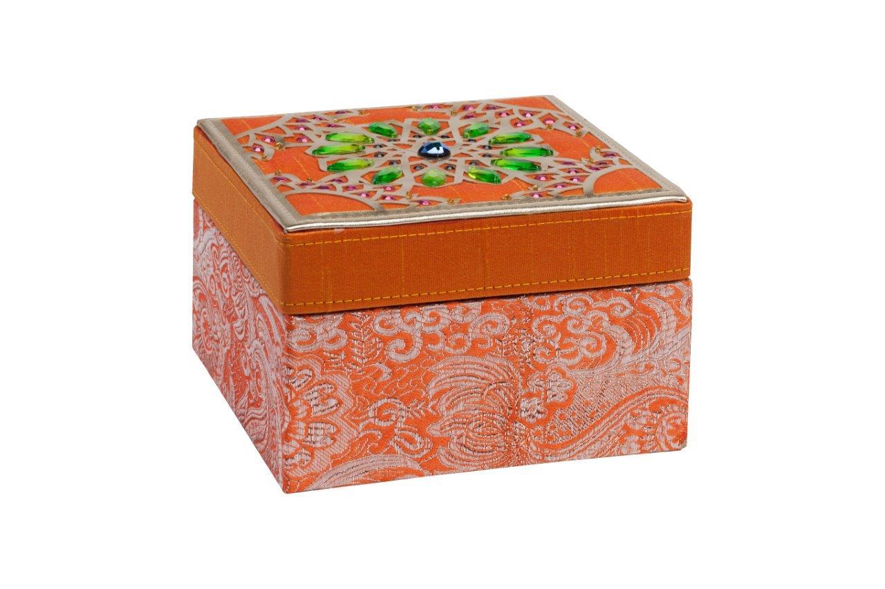 Декоративная шкатулка Blossom OrangeШкатулки<br>Декоративная шкатулка Blossom изготовлена из дерева, покрыта оранжевой тканью с рисунком. Крышка шкатулки инкрустирована камнями изумрудного цвета в восточном стиле. Инкрустация гармонично сочетается с цветом ткани. По периметру крышки — окаймление золотого цвета. Поверхность крышки придаёт шкатулки дорогой и оригинальный вид. Приобретите шкатулку в качестве подарка.<br><br>Material: Дерево<br>Width см: 15<br>Depth см: 15<br>Height см: 10