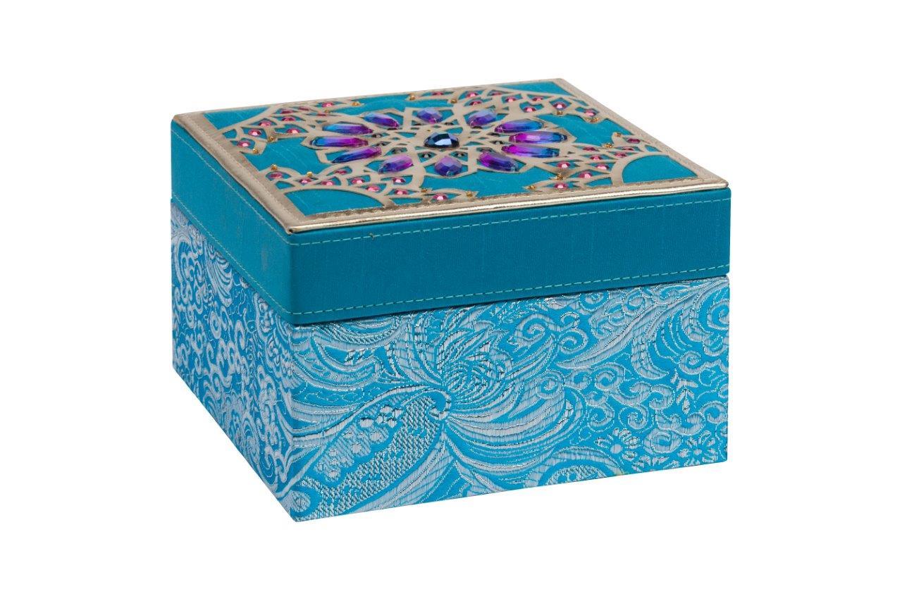 Декоративная шкатулка Blossom BlueШкатулки<br>Декоративная шкатулка Blossom изготовлена из дерева, покрыта голубой тканью с рисунком. Крышка шкатулки инкрустирована камнями фиолетового цвета в восточном стиле. По периметру крышки — окаймление золотого цвета. Поверхность крышки придаёт шкатулке дорогой и оригинальный вид. Приобретите шкатулку в качестве подарка.<br><br>Material: Дерево<br>Width см: 15<br>Depth см: 15<br>Height см: 10