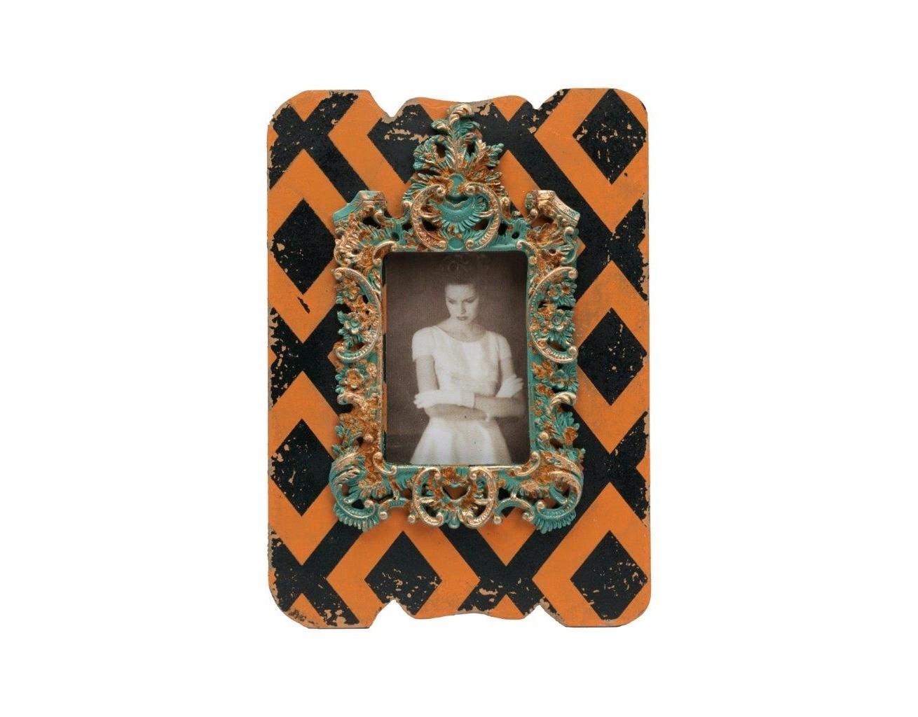 Рамка для фото PrudenceРамки для фотографий<br>Деревянная (ель) фоторамка разрисована  оранжевыми и чёрными красками, место для фотографии окантовано роскошным объемным рисунком под старину. В этой рамке органично будут смотреться как цветные, так и чёрно-белые фотографии. Приобретите разноцветные рамки для фотографий из коллекции Prudence и они станут достойным украшением вашего дома..<br><br>Material: Дерево<br>Width см: 20<br>Depth см: 2<br>Height см: 28