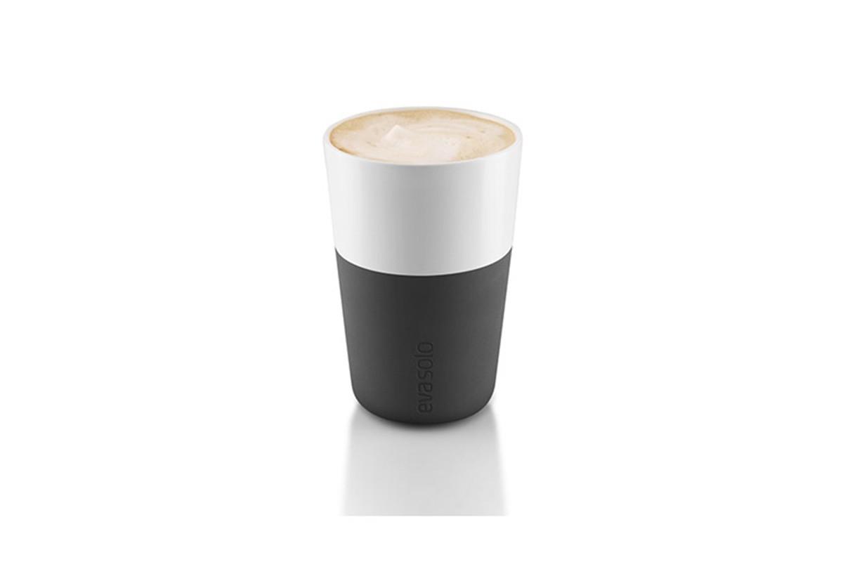 Чашки для латтеЧаши<br>Чашка для кофе латте от Eva Solo рассчитана на 360 мл - оптимальный объём для латте, учитывая шапку молочной пены, а также стандартный объём для этого типа напитка у большинства кофе-машин. Чашка сделана из фарфора и имеет специальный силиконовый чехол, чтобы её можно было держать в руках, не рискуя обжечь пальцы. Чехол легко снимается, и чашку можно мыть в посудомоечной машине. Умные и красивые предметы посуды от Eva Solo будут украшением любой кухни! В комплект входит две чашки.<br><br>Material: Фарфор<br>Height см: 12,5<br>Diameter см: 8,5