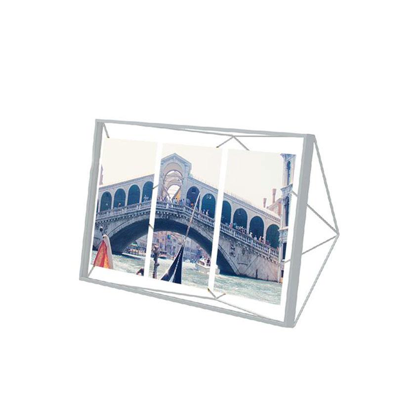 Мультирамка PrismaРамки для фотографий<br>Настоящий алмаз вашей комнаты! Вдохновленная огранкой бриллиантов форма этой рамки привлекает внимание и вызывает восхищение. Но её достоинство в том, что она не отвлекает от главного - от фотографии внутри.<br>Создайте настроение, историю или просто коллаж из лучших воспоминаний, открыток и красивых картинок. Мультирамка вмещает под стеклом три фотографии размером 13 х 18 см. Можно поставить на стол или повесить на стену (крепления в комплекте).<br><br>Material: Сталь<br>Ширина см: 48<br>Высота см: 22<br>Глубина см: 8