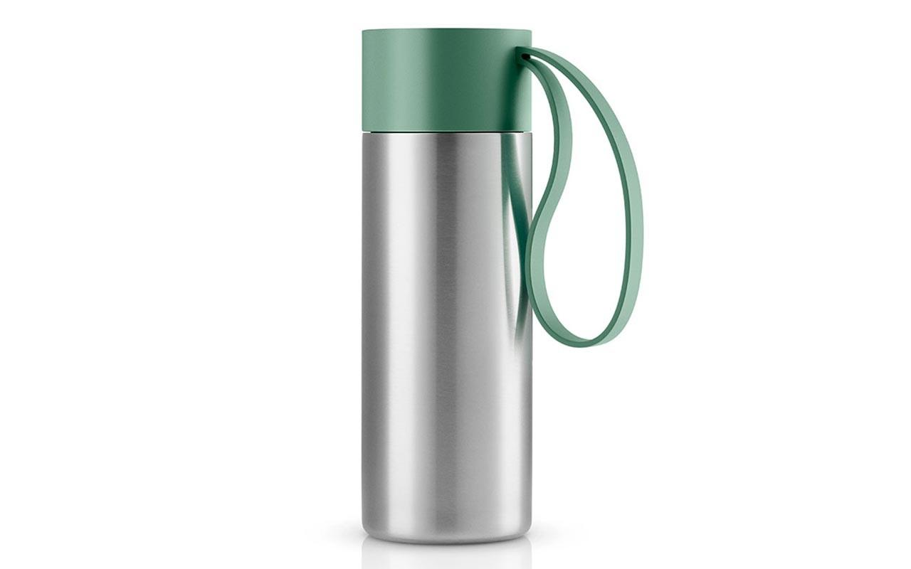 Термос To GoТермосы<br>Термос можно брать с собой куда угодно. Крышка легко открывается и закрывается даже на ходу благодаря функциональному клапану, с которым легко справиться одной рукой. Наполните термос To Go кофе или другим напитком - и двойные герметичные стенки надёжно сохранят напиток горячим или холодным. Практичный силиконовый ремешок поможет взять термос с собой и всегда иметь возможность выпить горячего или холодного напитка.<br>Сделан из стали, пластика и силикона. Можно мыть в посудомоечной машине. Объём 350 мл. Высота 20,8 см.<br><br>Material: Сталь<br>Высота см: 20
