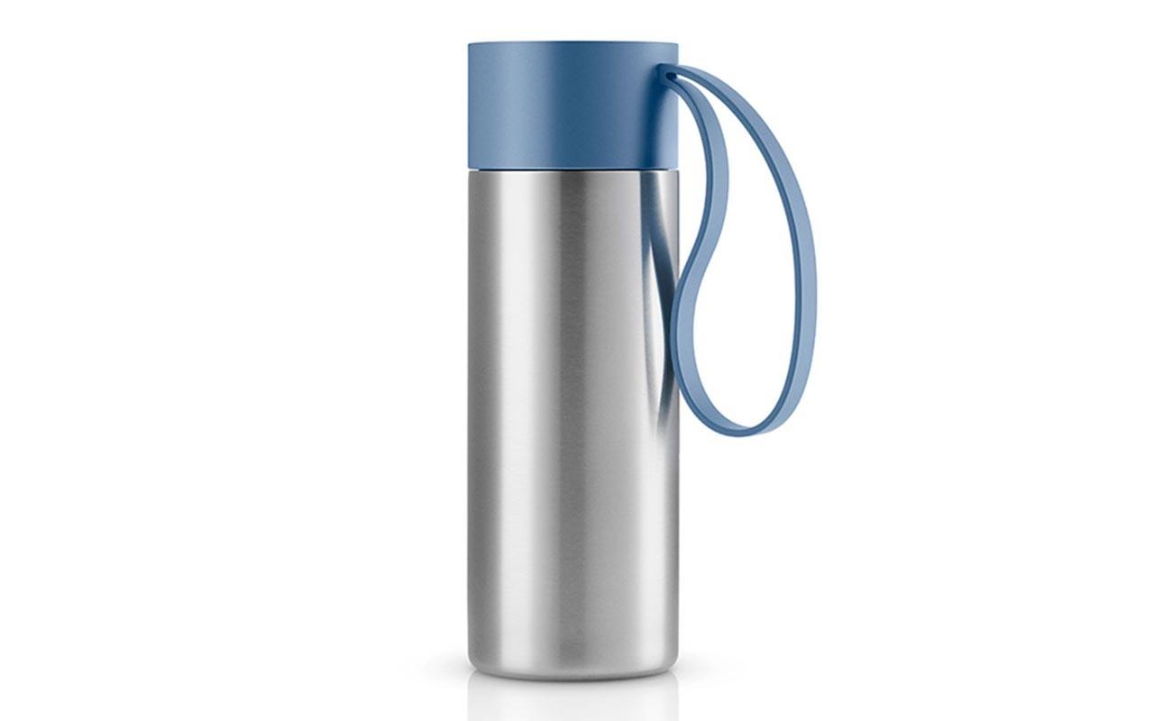 Термос To GoТермосы<br>Термос можно брать с собой куда угодно. Крышка легко открывается и закрывается даже на ходу благодаря функциональному клапану, с которым легко справиться одной рукой. Наполните термос To Go кофе или другим напитком - и двойные герметичные стенки надёжно сохранят напиток горячим или холодным. Практичный силиконовый ремешко поможет взять термос с собой и всегда иметь возможность выпить горячего или холодного напитка.<br>Сделан из стали, пластика и силикона. Можно мыть в посудомоечной машине. Объём 350 мл. Высота 20,8 см.<br><br>Material: Сталь<br>Height см: 20,8<br>Diameter см: 7,7