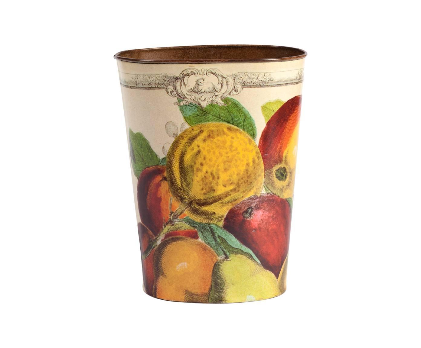 Декоративный цветочный горшок FruttoКашпо и аксессуары для цветов<br>Декоративный цветочный горшок Frutto поможет украсить ваш дом или сад и преобразить обычный комнатный цветок. Разноцветные аппетитный фрукты, украшающие аксессуар, добавят интерьеру уюта, тепла, ярких красок и роскоши. Элемент декора изготовлен из металла, а это значит, что прослужит он вам долгие годы. Горшок можно приобрести отдельно или в комплекте с изделиями той же коллекции.<br><br>Material: Металл<br>Height см: 21<br>Diameter см: 9