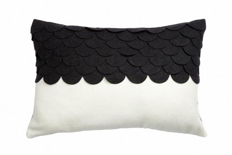 Подушка c узором Marbella BlackПрямоугольные подушки<br>Подушка с узором Marbella Black изготовлена в черном и белом цвете. Мягкий и упругий наполнитель хорошо поддерживает спину, помогает расслабиться и принять удобную позу. Подушка также будет отличным сувениром и оригинальным подарком.<br><br>Material: Кашемир<br>Width см: 45<br>Depth см: 14<br>Height см: 30