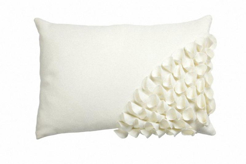 Подушка с объемным узором Alicia WhiteПрямоугольные подушки и наволочки<br>Кашемировая, белого цвета, подушка с объёмной накладной отделкой и мягким упругим наполнителем, замечательно подойдет для подарка и в качестве декора.<br><br>Material: Кашемир<br>Width см: 45<br>Depth см: 10<br>Height см: 30