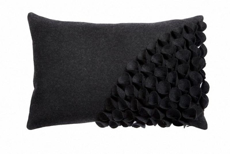 Подушка с объемным узором Alicia Dark GrayПрямоугольные подушки и наволочки<br>Кашемировая темно-серого, почти черного, цвета подушка, с объёмной накладной отделкой и мягким упругим наполнителем, подойдет для подарка и в качестве дополнения к пресыщенно-яркому декору интерьера.<br><br>Material: Кашемир<br>Width см: 45<br>Depth см: 10<br>Height см: 30