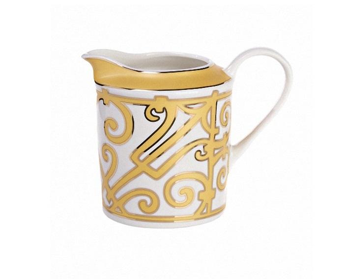 Молочник MarbellaКофейники и молочники<br>Молочник — обязательный предмет классической сервировки стола для подачи чая. В коллекции «Marbella» представлен великолепный молочник из тончайшего костяного фарфора, выполненный в стиле модерн (moderne). Молочник украшен изящным орнаментом. Сочетание белого и золотого цветов считается королевским, оно придает изделию одновременно роскошный и благородный вид.<br>Вы можете приобрести молочник отдельно или в комплекте с другими предметами сервиза «Marbella».<br><br>Material: Фарфор<br>Width см: 14<br>Depth см: 9<br>Height см: 12