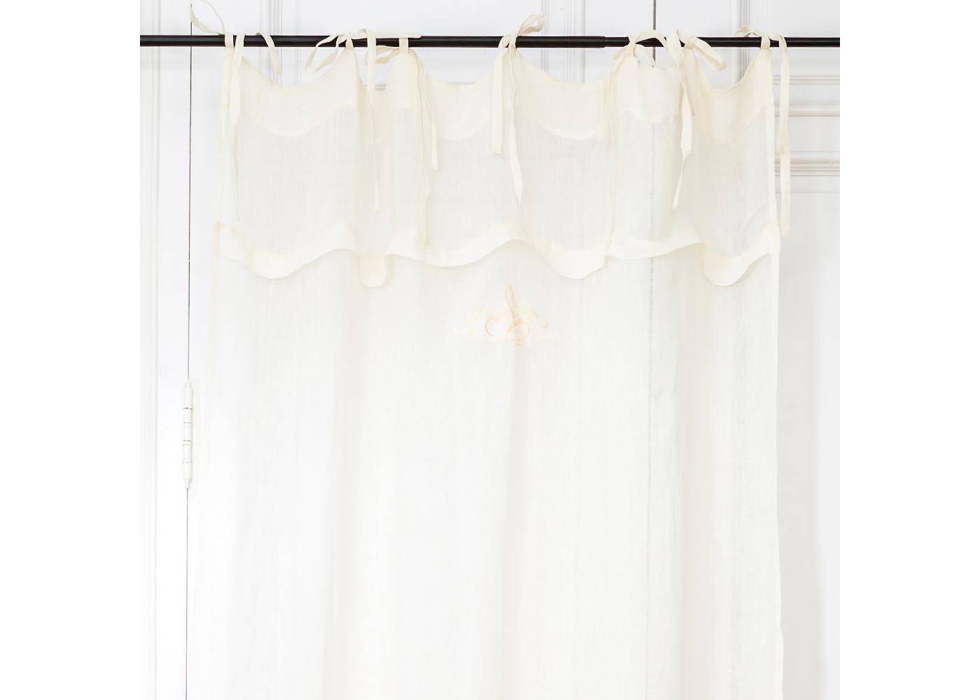 Штора «Королевская лилия»Шторы<br>Элегантная штора «Королевская лилия» создаст свежую и романтичную атмосферу в спальне, столовой, гостиной или детской комнате. Полупрозрачный занавес из  натурального льна, нежного кремового цвета, просеивает солнечный свет, наполняя пространства атмосферой безмятежности и уюта. Изящная вышивка королевской геральдической лилии деликатно намекнет на то, что в Вашем доме ценят аристократический дух прошлых столетий.&amp;lt;div&amp;gt;&amp;lt;br&amp;gt;&amp;lt;/div&amp;gt;&amp;lt;div&amp;gt;Эти шторы выполнены из натурально 100% льна. Каждая завязка имеет длину 40 см.<br>&amp;lt;/div&amp;gt;<br><br>Material: Лен<br>Width см: 140<br>Height см: 280