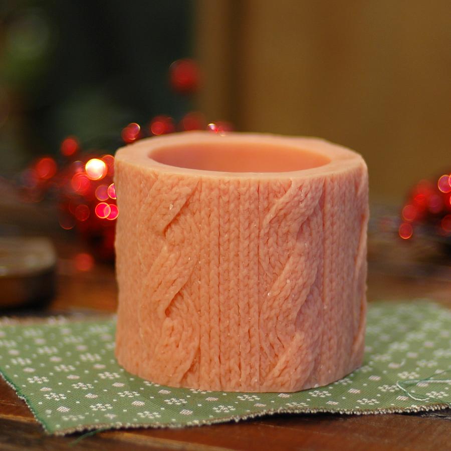Свеча Cableknit Round CayenneСвечи<br>Долгогорящая свеча из натурального воска, коллекция  Cableknit, аромат Amber &amp;amp;amp; Ginger Rose. Время горения свечи - 60 часов.<br><br>Material: Воск<br>Height см: 10<br>Diameter см: 11
