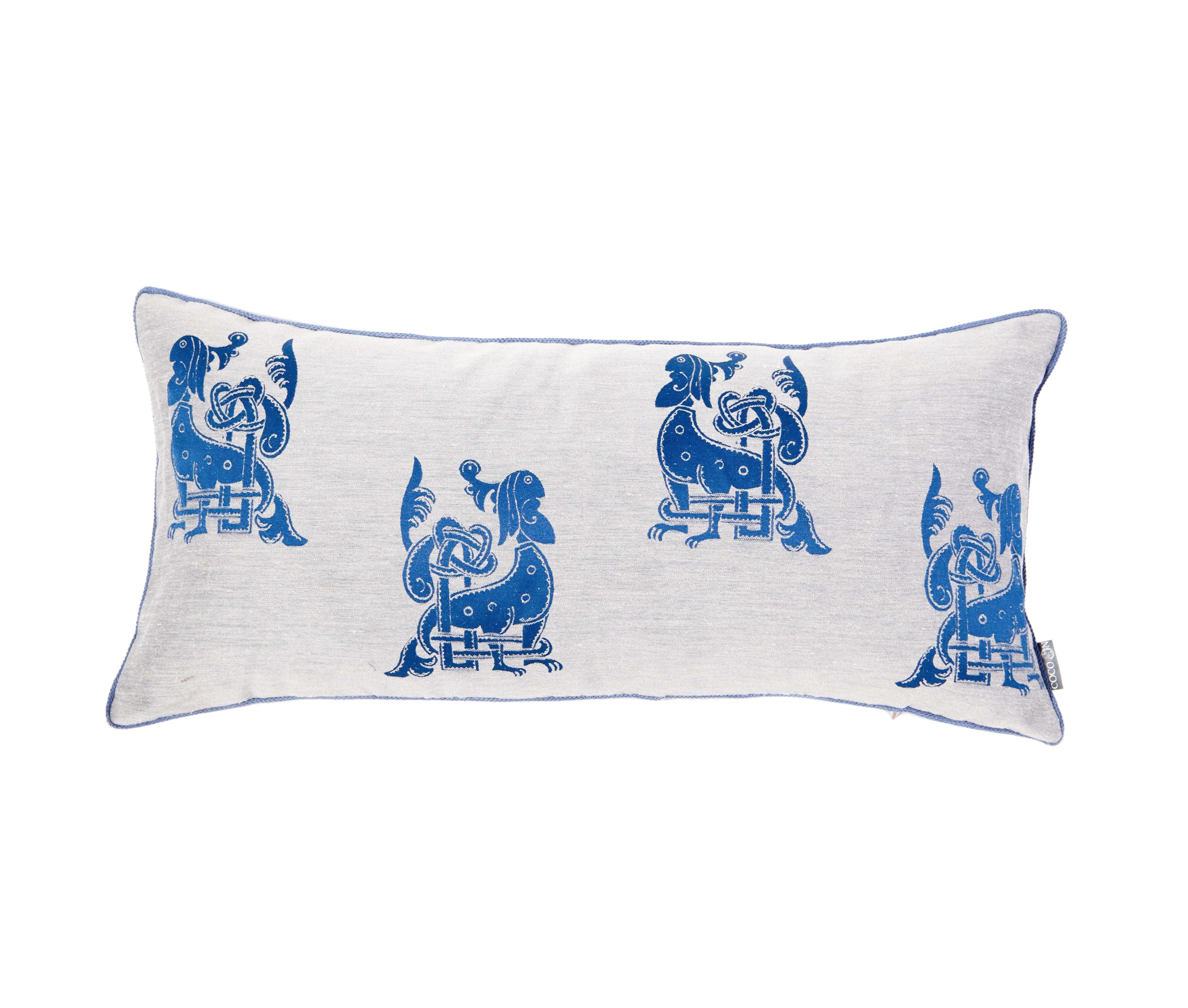 Подушка СобакиПрямоугольные подушки и наволочки<br>Орнамент, украшающий эту подушку, создан по мотивам древнерусской книжной миниатюры. На фоне из натурального льна изображен темно-синий чудо-зверь с мужской головой, собачьими лапами и ветвистым хвостом. Наполнитель 100% синтепух высшего сорта.<br><br>Material: Лен<br>Ширина см: 75<br>Высота см: 35