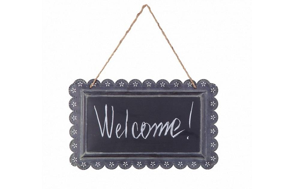 Табличка на веревочке ChalkboardДругое<br>Табличка на веревочке Chalkboard с надписью Welcome (Добро пожаловать!) — это оригинальный и забавный, но в то же время стильный и модный способ украсить ваш дом, добавить «изюминку» в оформление помещения. Аксессуар изготовлен из прочного металла, что гарантирует его долговременное использование. Белая надпись на темно-серой поверхности таблички позволяет разбавить как классический интерьер в стиле Прованс, так и современный.  Безусловно, это необходимая вещь для хозяев, желающих оказать теплый прием своим гостям в своем доме и прекрасный подарок на новоселов.<br><br>Material: Металл<br>Ширина см: 39<br>Высота см: 20