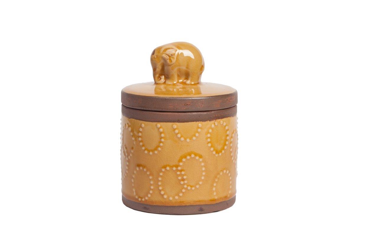 Декоративная банка BishopБанки и бутылки<br>Декоративная банка Bishop выполнена из керамики, в бежевом цвете, окантована вверху и внизу коричневыми кольцами. Ручка крышки изготовлена в виде милого слоника. Благодаря лаконичному декору, банка станет отличным украшением любого стиля интерьера кухни.<br><br>Material: Керамика<br>Height см: 17.5<br>Diameter см: 12