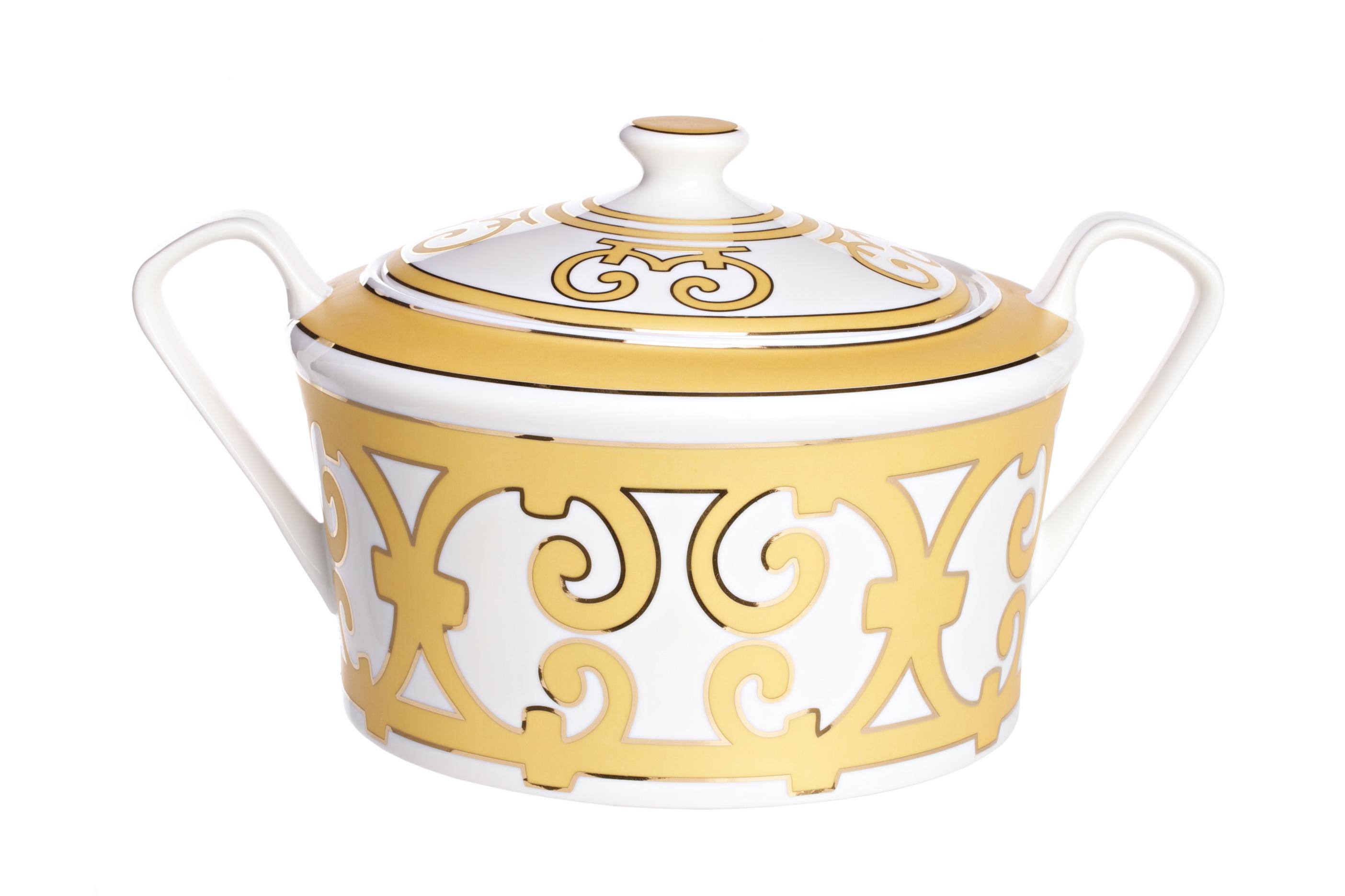 Супница MarbellaЕмкости для хранения<br>Считается, что супница как предмет сервировки появилась во Франции на рубеже 17-18 веков, и сразу стала признаком состоятельности и утонченного вкуса. С учетом того, что застолья в богатых домах в те времена длились долго, она упростила подачу первых блюд. Супы оставались теплыми в котлах на плите, а для подачи на стол их достаточно было налить в красивую супницу. Позже это стало хорошим тоном во всей Европе.<br>Великолепная супница из костяного фарфора серии «Marbella» имеет классическую форму и удобные ручки. Изделие декорировано эффектным золотистым орнаментом в стиле модерн (moderne). Вы можете приобрести ее отдельно, а также в составе сервиза.<br><br>Material: Фарфор<br>Ширина см: 22<br>Высота см: 21<br>Глубина см: 21