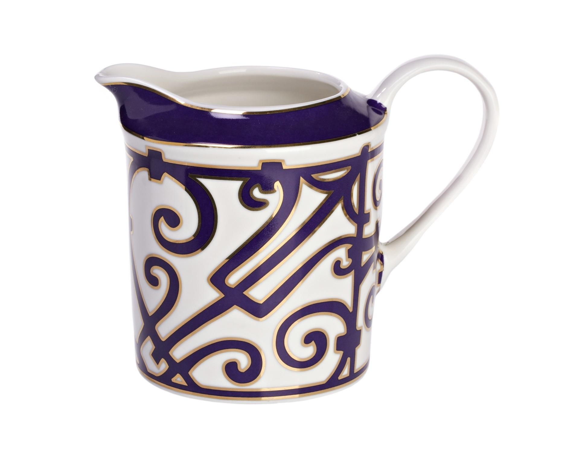 Молочник Violet DreamsКофейники и молочники<br>В состав классического чайного сервиза обязательно входит молочник. Согласно легенде чай с молоком ввела в употребление супруга английского короля Чарльза II Екатерина. Она приказала подавать чай в чашках из тончайшего фарфора. Прислуга, опасаясь, что фарфор может треснуть от кипятка, сначала наливала в чашки молоко и лишь потом — горячий чай. Так появилась традиция пить чай с молоком.<br>Изысканный фарфоровый молочник «Violet Dreams» станет прекрасным дополнением к другим предметам для чаепития серии «Фиолетовые сны».<br><br>Material: Фарфор<br>Width см: 12<br>Depth см: 9<br>Height см: 14