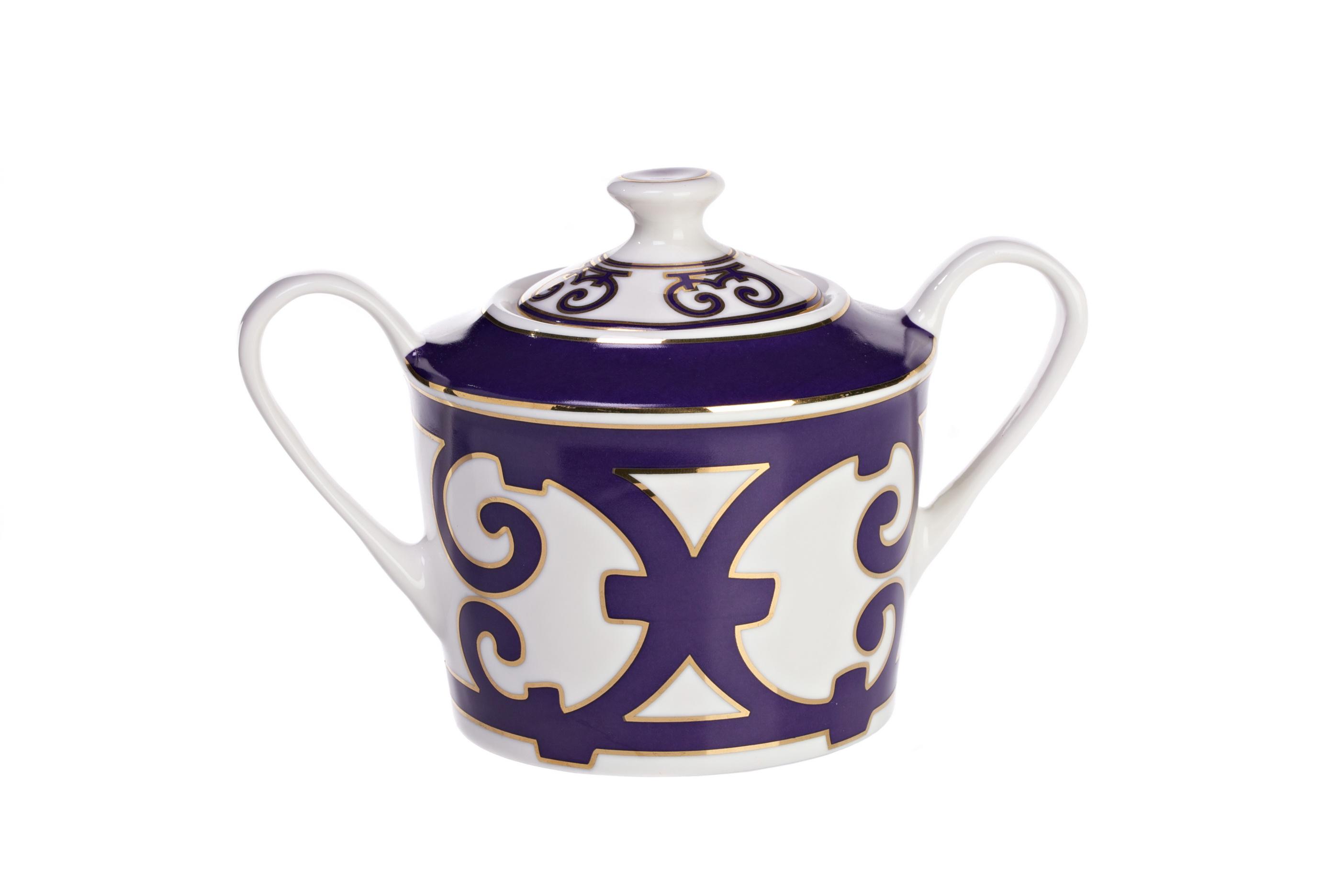 Сахарница Violet DreamsСахарницы<br>Сахарница как непременный атрибут чаепития появилась в Европе в начале 16-го  века. Когда-то она выглядела как круглая емкость, накрывавшаяся блюдцем. С тех пор дизайн сахарницы претерпел существенные изменения: появилась крышка, ручки и даже форма изделия теперь ограничена лишь фантазией дизайнера.<br>Сахарница «Violet Dreams» имеет классическую круглую форму, изящные ручки и украшена великолепным орнаментом из причудливо переплетенных линий. Изделие выполнено из тончайшего костяного фарфора и станет прекрасным дополнением к другим предметам для чаепития серии «Violet Dreams».<br><br>Material: Фарфор<br>Width см: 11<br>Depth см: 10<br>Height см: 16