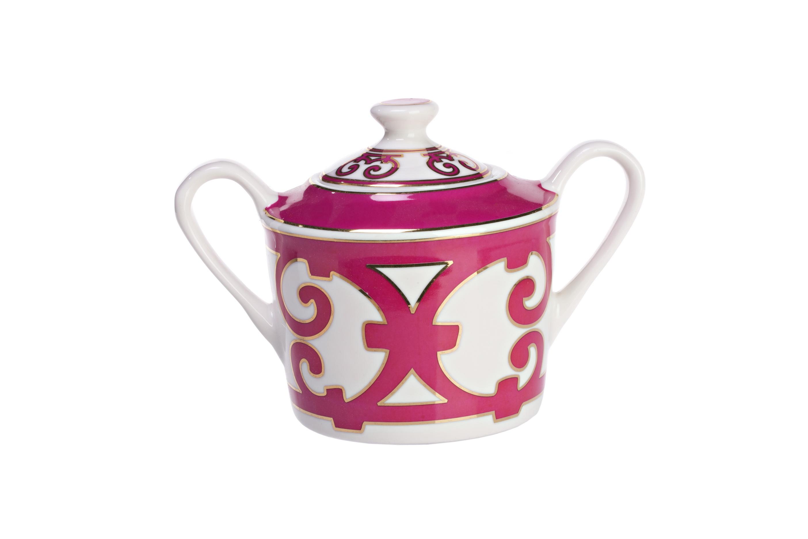 Сахарница SiennaСахарницы<br>«Дух дома живет в сахарнице» — говорил французский поэт Поль Верлен. Существует легенда, согласно которой он частенько приносил с собой сахарницу в кафе, как будто приглашая друзей на чаепитие. В этой удивительной истории есть зерно истины. Сахарница наряду с заварочным чайником — главные предметы чайной церемонии, традиционно объединяющей друзей за чашкой крепкого ароматного чая.<br>Элегантная сахарница из костяного фарфора коллекции Sienna украшена ярким эффектным узором в стиле модерн (moderne). Вы можете купить ее отдельно или в комплекте с другими изделиями данной серии.<br><br>Material: Фарфор<br>Ширина см: 11<br>Высота см: 16<br>Глубина см: 10