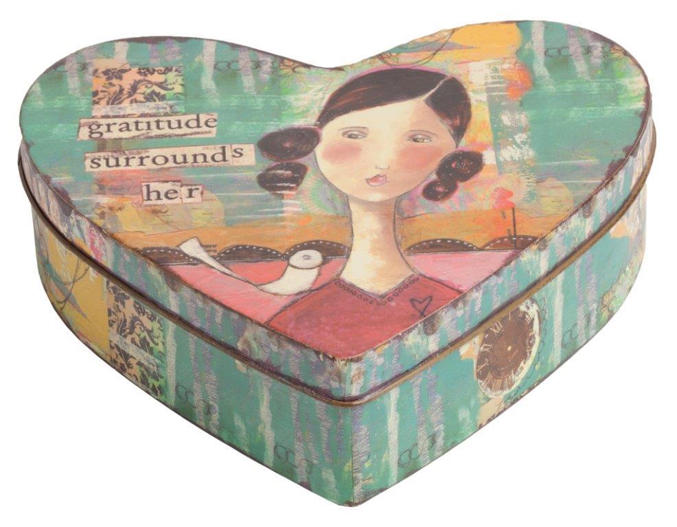 Декоративная коробка Coraz?nКоробки<br>Декоративная коробка Corazon — это симпатичный и весьма оригинальный элемент декора, выполненный в форме сердца строго в стиле Прованс — искусственно потертые края, специально состаренное олово, архаичные рисунки. Такая коробка пригодится вам для хранения как ценных вещей, так и милых безделушек. Аксессуар добавит вашему дому французского колорита и деревенского очарования.<br><br>Material: Металл<br>Width см: 18<br>Height см: 5