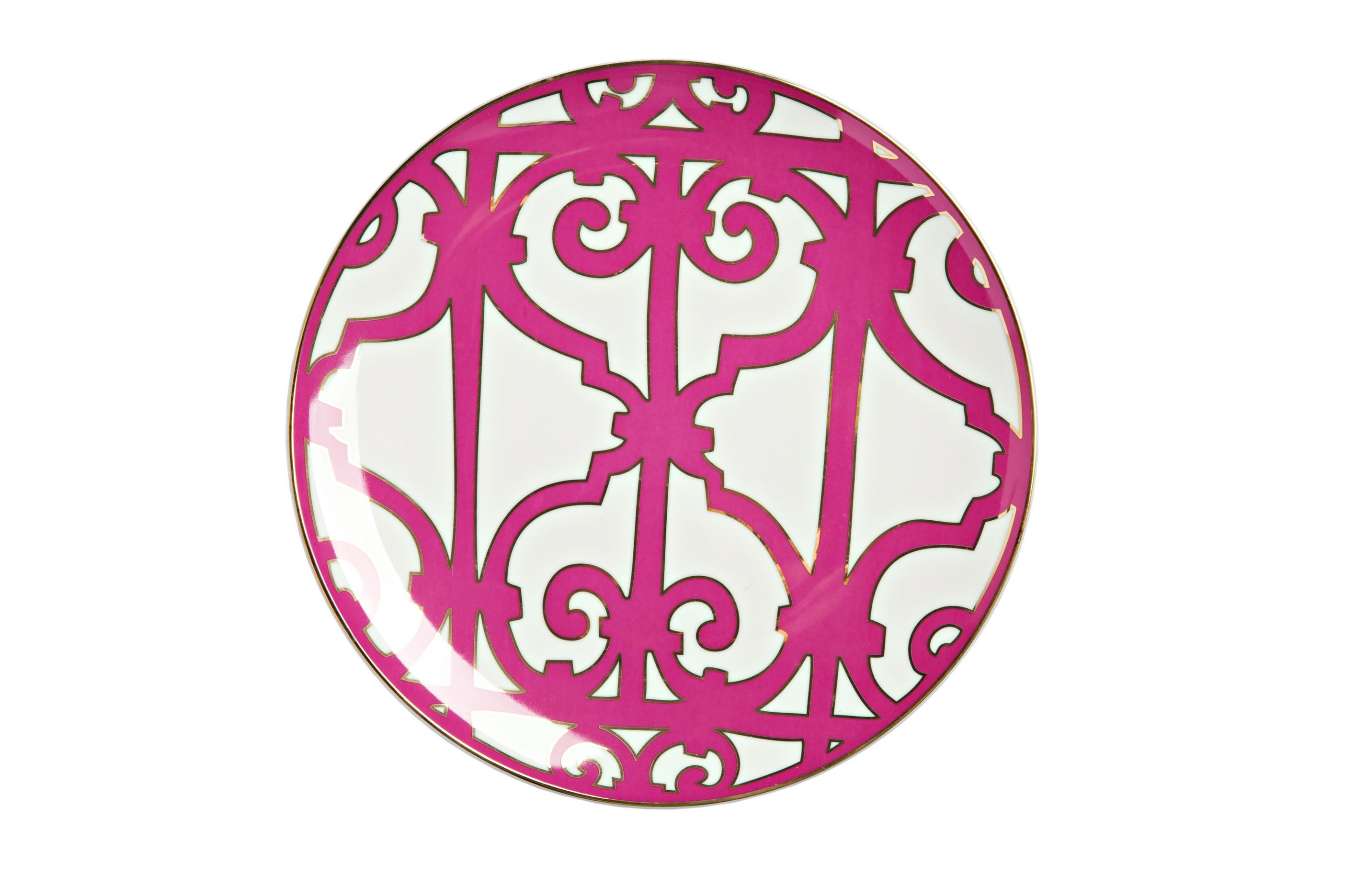 Тарелка SiennaДекоративные тарелки<br>Великолепная тарелка из костяного фарфора коллекции «Sienna» украшена оригинальным рисунком насыщенного лилового цвета. Сочетание белоснежного фарфора и яркого орнамента придает изделию нарядный и торжественный вид.<br>Тарелка предназначена для вторых блюд, закусок и салатов. Она идеально подходит для праздничной сервировки. Вы можете приобрести ее отдельно или вместе с другими предметами серии.<br><br>Material: Фарфор<br>Height см: 1.5<br>Diameter см: 26