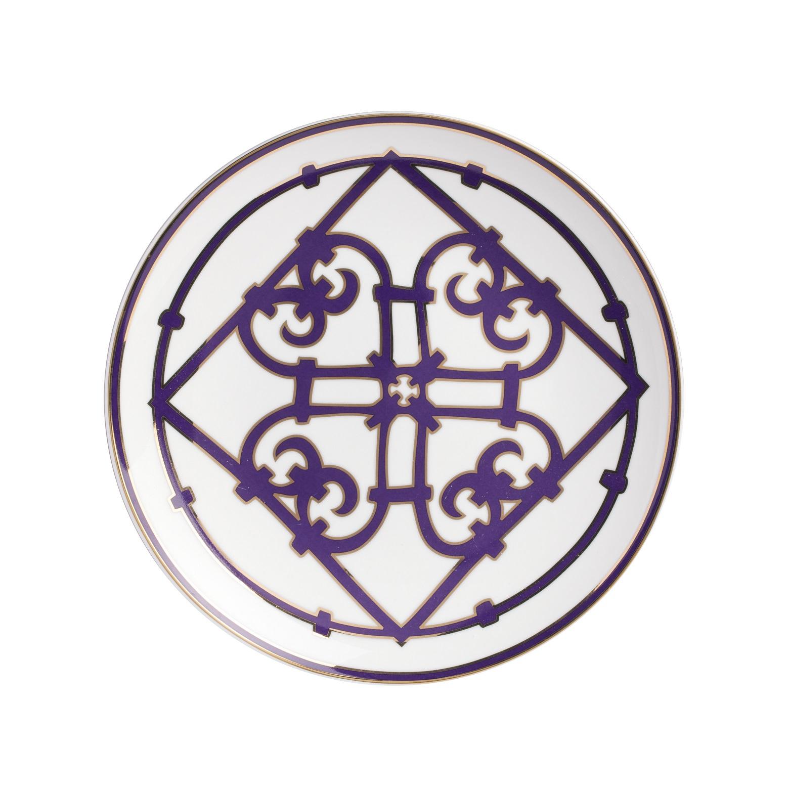 Тарелка Violet DreamsДекоративные тарелки<br>Изумительной красоты тарелка из костяного фарфора серии «Фиолетовые сны» вопреки названию украшена роскошным золотым узором. Сочетание белоснежного фарфора и замысловатого золотистого орнамента, придает изделию восточную загадочность и колорит. Тарелка предназначена для вторых блюд и закусок. Она великолепно смотрится отдельно, а также в сочетании с другими предметами серии «Violet Dreams».<br><br>Material: Фарфор<br>Depth см: 1.5<br>Diameter см: 20