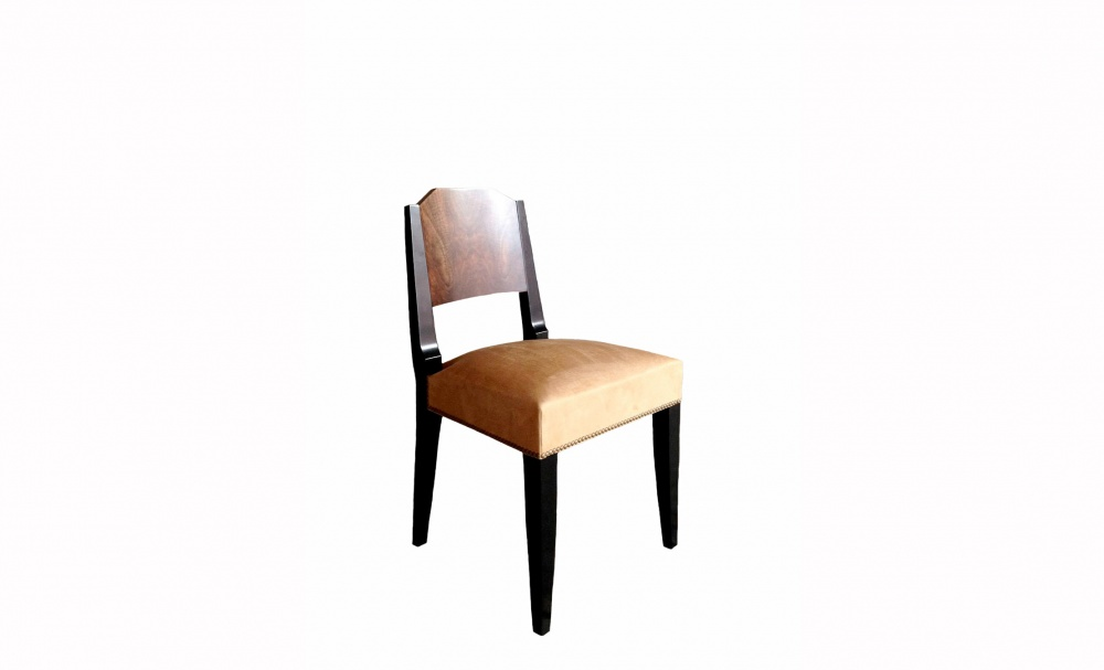 Стул PyramideОбеденные стулья<br>Стул Pyramid в стиле Art Deco от Massant furniture. Изготовлен одним из лучших бельгийских производителей мебели в классическом стиле. Реплика оригинального стула 1930-х годов. Орех, лак.<br><br>Material: Дерево<br>Ширина см: 45<br>Высота см: 84<br>Глубина см: 47