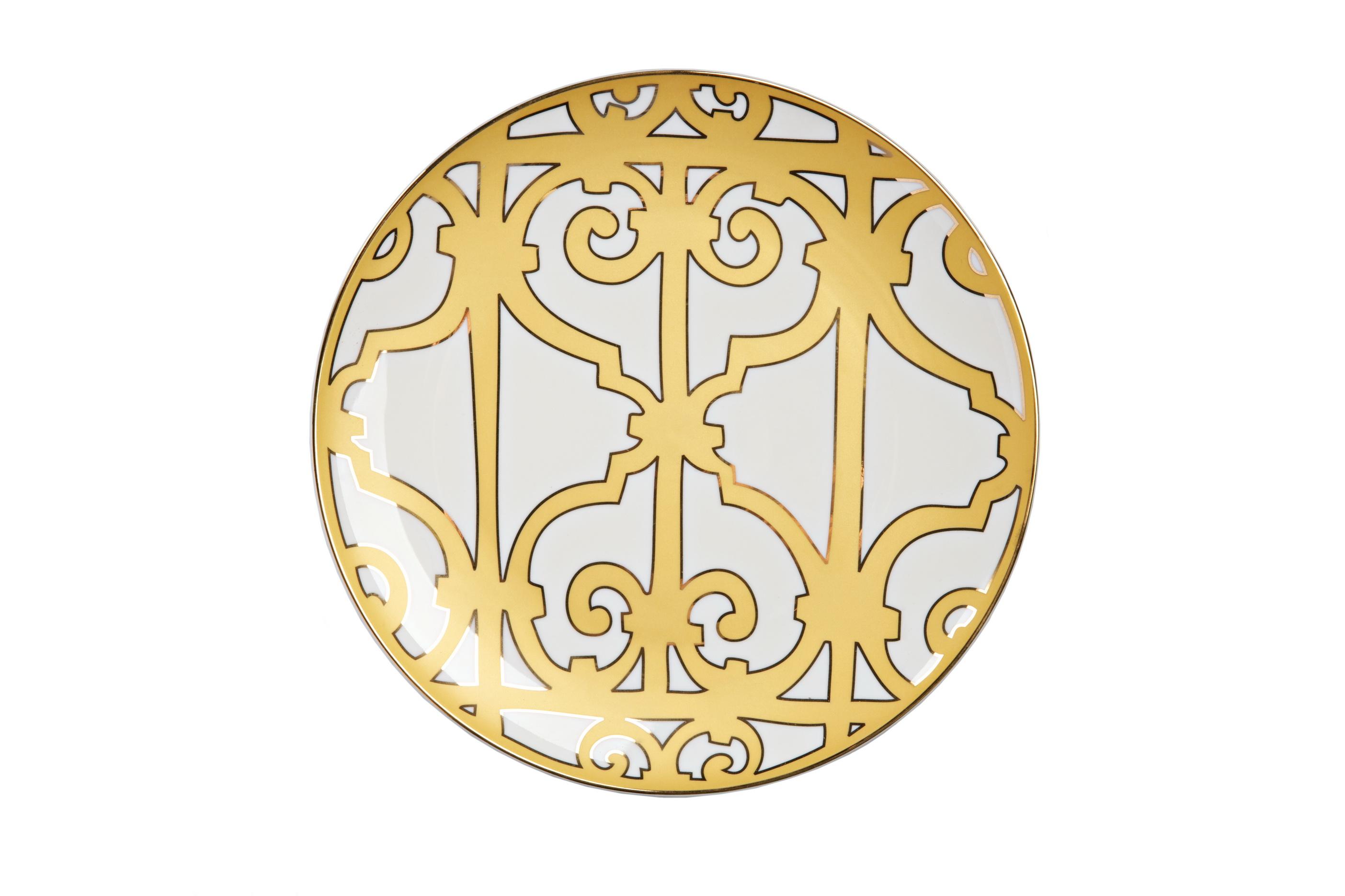 Тарелка Marbella БольшаяДекоративные тарелки<br>Великолепная тарелка из костяного фарфора высокого качества предназначена для закусок, салатов и вторых блюд. Тарелка декорирована оригинальным геометрическим орнаментом в стиле модерн (moderne) и украшена золотым кантом. Сочетание золотистого и белого цветов придают ей торжественный и благородный вид. Тарелка идеально подходит для праздничной сервировки. Вы можете приобрести ее отдельно или в комплекте с другими изделиями серии «Marbella».<br><br>Material: Фарфор<br>Height см: 1.5<br>Diameter см: 26