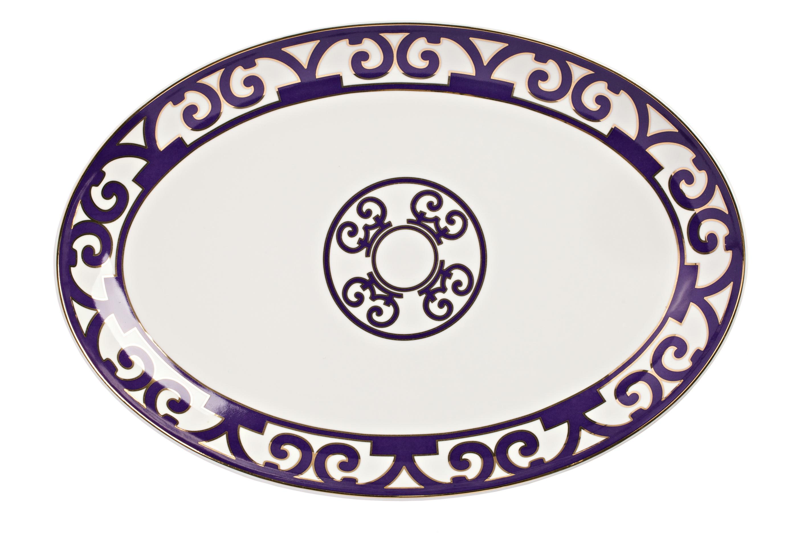 Овальное блюдо Violet Dreams БольшоеДекоративные блюда<br>Большое овальное блюдо из серии «Фиолетовые сны» идеально подойдет для подачи всевозможных салатов, нарезок и закусок. Блюдо выполнено из тончайшего костяного фарфора, великолепный орнамент из причудливо переплетенных линий придает ему восточный колорит и загадочность. <br>Вы можете приобрести его как отдельный предмет сервировки, а также в комплекте с другими предметами серии «Violet Dreams».<br><br>Material: Фарфор<br>Width см: 37<br>Depth см: 26<br>Height см: 1.5<br>Diameter см: 36