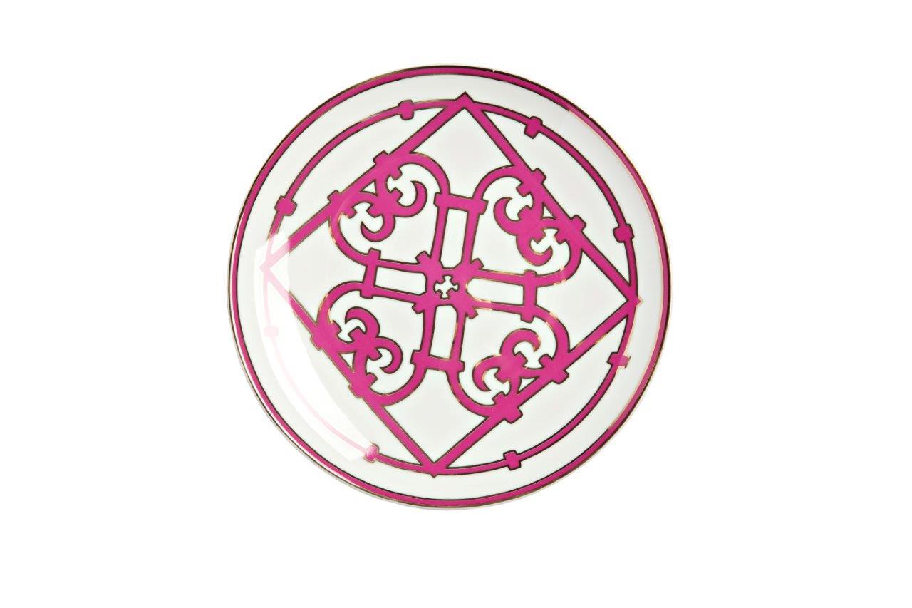 Тарелка Sienna МалаяДекоративные тарелки<br>Классическая плоская тарелка для закусок и вторых блюд коллекции «Sienna» выполнена из тончайшего костяного фарфора и декорирована ярким геометрическим орнаментом в стиле модерн (moderne). Сочетание белоснежного фарфора и насыщенного лилового цвета отделки придают изделию оригинальный и праздничный вид. В оформлении коллекции используется несколько видов орнамента, превосходно сочетающихся и дополняющих друг друга. Вы можете приобрести тарелку отдельно или в комплекте с другими предметами серии.<br><br>Material: Фарфор<br>Height см: 1.5<br>Diameter см: 20