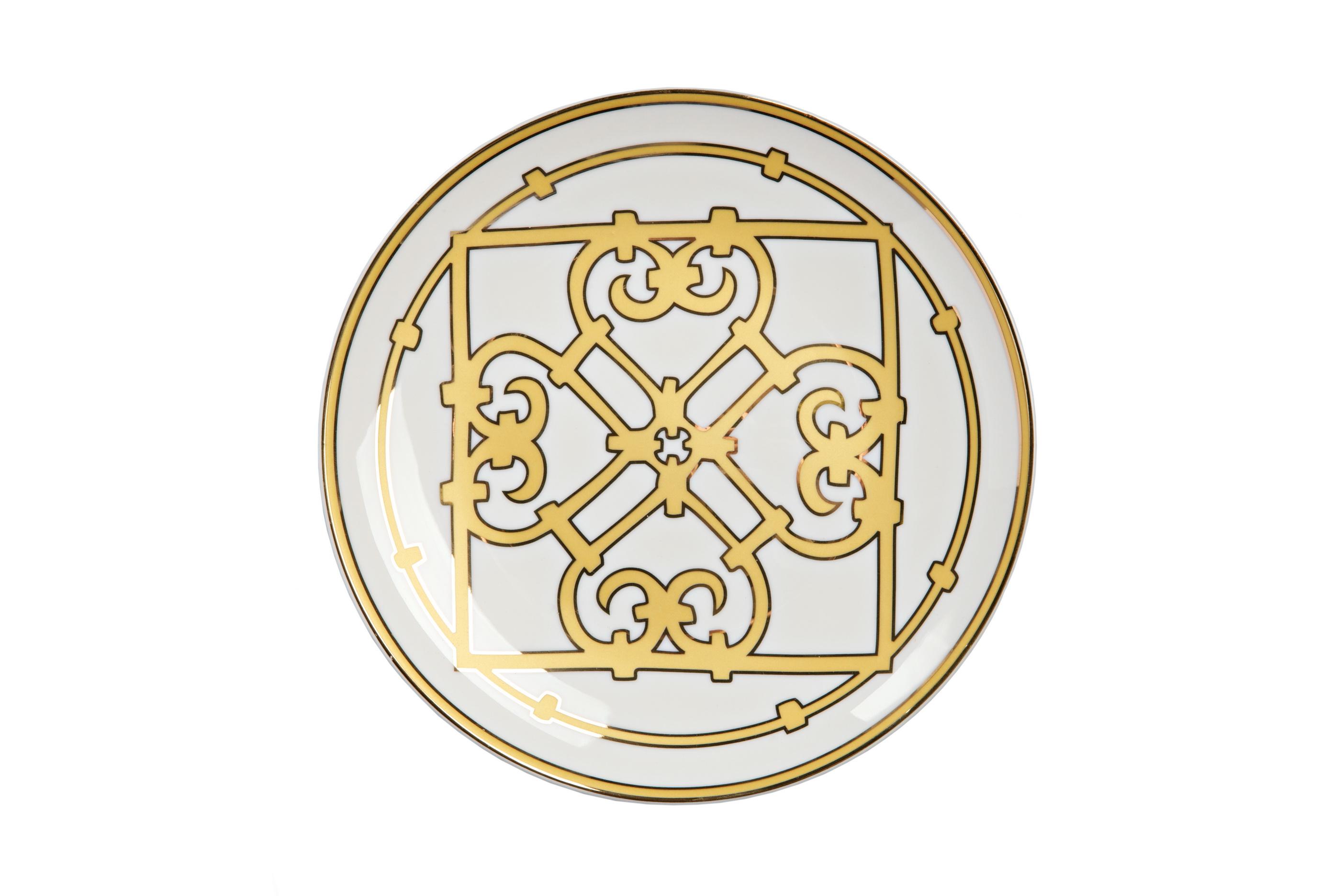 Тарелка Marbella МалаяДекоративные тарелки<br>Классическая плоская тарелка для закусок и вторых блюд серии «Marbella» выполнена из высококачественного костяного фарфора и украшена великолепным геометрическим орнаментом в стиле модерн (moderne). Сочетание золотистого и белого цветов придают изделию особое благородство. В оформлении коллекции используется несколько видов орнамента, превосходно сочетающихся и дополняющих друг друга. Вы можете приобрести тарелку отдельно или в комплекте с другими предметами серии.<br><br>Material: Фарфор<br>Depth см: 1.5<br>Height см: None<br>Diameter см: 20