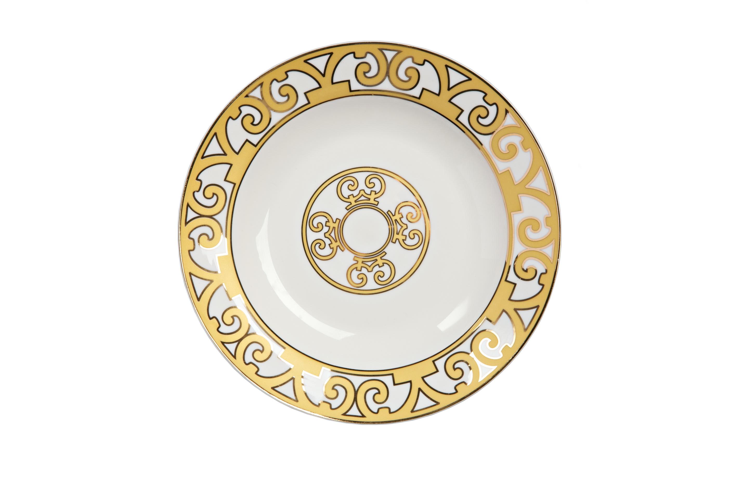 Тарелка для супа MarbellaДекоративные тарелки<br>Великолепная тарелка для супа из костяного фарфора серии «Marbella» придется по вкусу ценителям элегантной роскоши. Выполненная из полупрозрачного белоснежного фарфора, тарелка украшена золотым орнаментом в стиле модерн (moderne). Изысканная окантовка дополнена солярным символом в центре изделия. Вы можете приобрести эту тарелку отдельно или в комплекте с другими предметами серии «Marbella».<br><br>Material: Фарфор<br>Depth см: 1.5<br>Height см: None<br>Diameter см: 21
