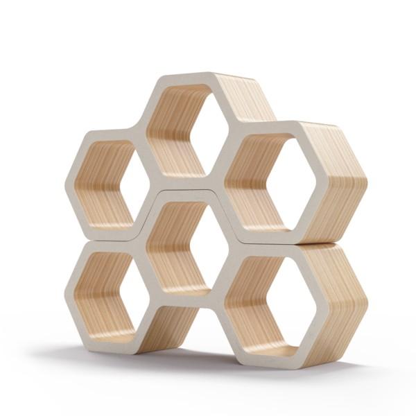 Полка BergsПолки<br>Соты – универсальная форма с точки зрения эргономики и функциональности, но также отличный элемент дизайна. Полки Bergs преобразуют атмосферу вашего интерьера, позволяя нестандартно подойти к вопросу хранения вещей. Окрас элементов полки в молочный цвет. Сборка не требуется.<br><br>Material: Фанера<br>Ширина см: 100<br>Высота см: 52<br>Глубина см: 24