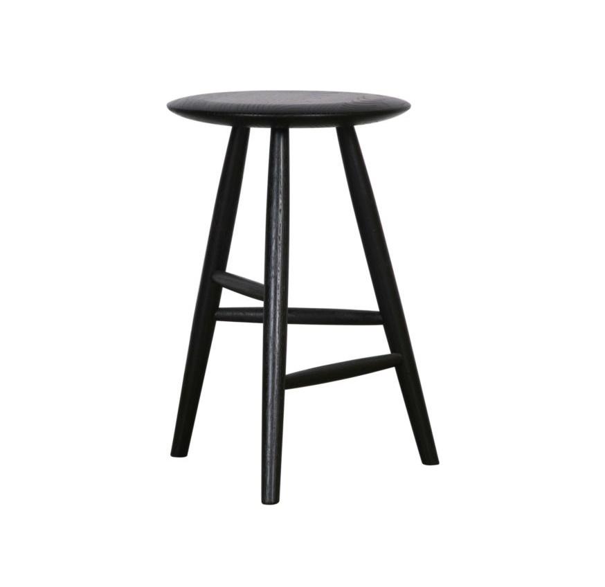 Табурет Black MoonТабуреты<br>Интересная, ассиметричная конструкция ножек и идеально правильный круг сидения сделает этот табурет легким завершающим штрихом стильной композиции столовой. И, конечно, в качестве дополнения высоких полок, такая вещь просто необходима на кухне.<br><br>Material: Дерево<br>Высота см: 55