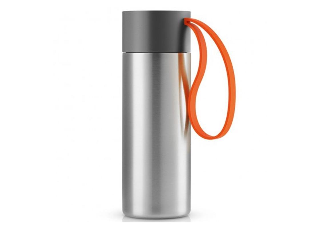Термос To goТермосы<br>Термос можно брать с собой куда угодно. Крышка легко открывается и закрывается даже на ходу благодаря функциональному клапану, с которым легко справиться одной рукой. Наполните термос To Go кофе или другим напитком - и двойные герметичные стенки надёжно сохранят напиток горячим или холодным. Практичный силиконовый ремешко поможет взять термос с собой и всегда иметь возможность выпить горячего или холодного напитка.<br>Сделан из стали, пластика и силикона. Можно мыть в посудомоечной машине. Объём 350 мл. Высота 20 см.<br><br>Material: Сталь<br>Height см: 20,8<br>Diameter см: 7,7