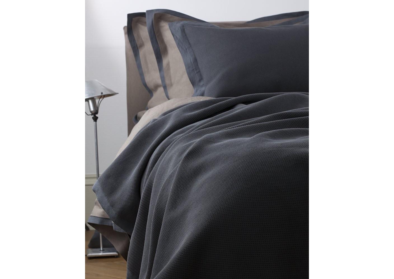 Покрывало с подушками Mare GrisagliaПокрывала<br>Итальянский бренд &amp;quot;Fiori di Venezia&amp;quot;, занимающийся элитным текстилем для дома, отличает высочайшее качество и уникальный дизайн. В студии бренда рождаются коллекции постельного и столового белья, махровых изделий, пледов, покрывал, декоративных подушек. Его коллекции несут в себе ультрасовременные тенденции в сочетании с многовековыми традициями объединяя изысканную роскошь с утонченным изяществом. Для производства своих коллекций &amp;quot;Fiori di Venezia&amp;quot; использует материалы и ткани высочайшего качества, в частности для постельного белья применяется великолепный сатин из египетского длинноволокнистого хлопка, произведенный непосредственно в Италии, с плотностью от 300 до 1000 ТС, что дает ему непревзойденную мягкость и гладкость.&amp;lt;div&amp;gt;&amp;lt;br&amp;gt;&amp;lt;/div&amp;gt;&amp;lt;div&amp;gt;&amp;lt;span style=&amp;quot;line-height: 24.9999px;&amp;quot;&amp;gt;Покрывало с подушками. Стирка 40 С, Глажка 150 градусов. Материал: Основная ткань - 100% высококачественный хлопок (300 ТС), Отделка - 100% высококачественный лен (115 ТС). Покрывало - 230х230 см. Наволочка - 40х60 см - 2 шт.. Подушка-наполнитель - 40х60 см. - 2 шт.&amp;amp;nbsp;&amp;lt;/span&amp;gt;&amp;lt;br&amp;gt;&amp;lt;/div&amp;gt;<br><br>Material: Хлопок<br>Length см: 230<br>Width см: 230