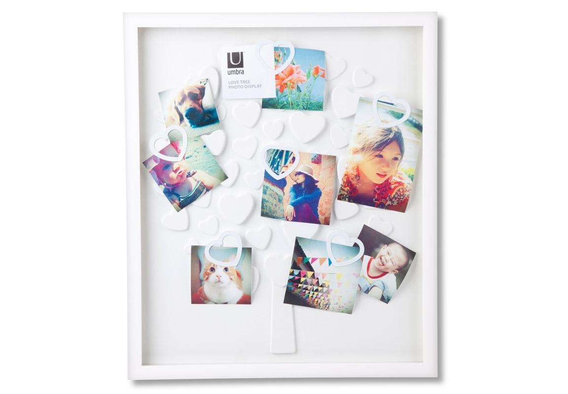 Рамка для фотографий LovetreeРамки для фотографий<br>Такое дерево поможет собрать всех любимых людей в едином месте. Вернее, их фотографии, как напоминание о том, что есть люди, которые любят Вас и которых любите Вы. Рамка выполнена в виде дерева, лепестки-сердечки имеют специальные крепления, которые надежно держат фотографии. Можно повесить до 30 различных фото, как разного изображения, так и разного качества и величины. Идеально для декорирования стены в любой комнате, прихожей или гостиной.<br><br>Material: Пластик<br>Ширина см: 44<br>Высота см: 54<br>Глубина см: 3